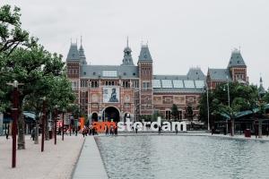 Come ha fatto Amsterdam a vietare Airbnb nel centro storico