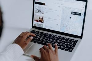 Perchè la quotazione in borsa di Airbnb rappresenta una pietra miliare per l'intero settore degli affitti brevi